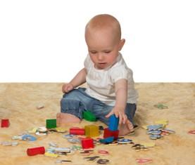 ילד בן שנתיים משחק עם צעצועים