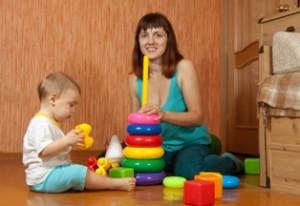 אמא וילד בן שנתיים משחקים בבית