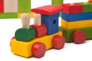 רכבת צעצוע מחומרים טבעיים