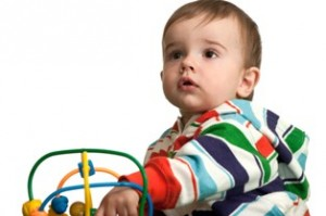 תינוק משחק עם צעצוע