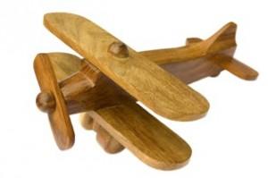 מטוס צעצוע עשוי מעץ