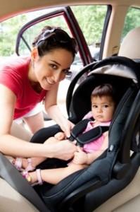 אמא חוגרת את התינוקת ברכב