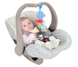 תינוק במנשא משחק בצעצוע