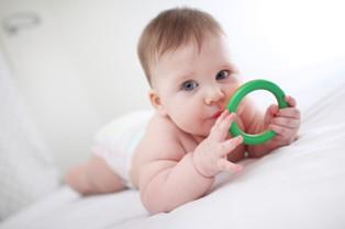תינוק בן שנה משחק עם צעצוע