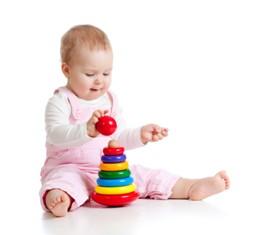 תינוקת נהנית ממשחק מאתגר
