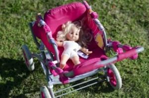 בובת צעצוע בתוך עגלה לתינוק