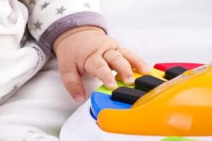 תינוקות אוהבים צעצועים מוסיקליים